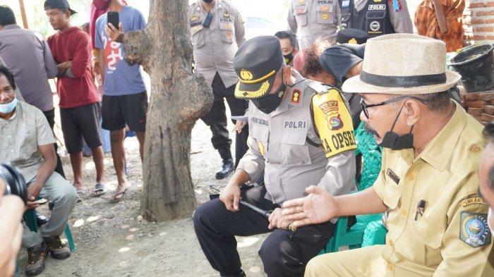 MINTA MAAF: Kapolres Bima AKBP Heru Sasongko mendatangi rumah warga yang kena pukul anggotanya, di Desa Tenga, Kecamatan Woha, Bima, Selasa (28/9/2021).