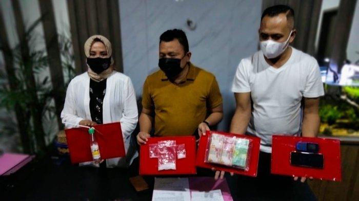 BARANG BUKTI: Kapolresta Mataram Kombes Pol Heri Wahyudi (tengah) menunjukkan barang bukti narkoba, Sabtu (10/4/2021).