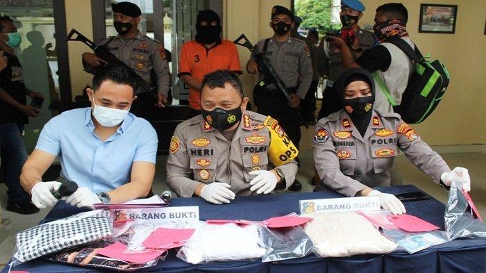 KETERANGAN PERS: Kapolresta Mataram Kombespol Heri Wahyudi (duduk; dua dari kiri) saat memberi keterangan pers, Kamis (21/1/2021).