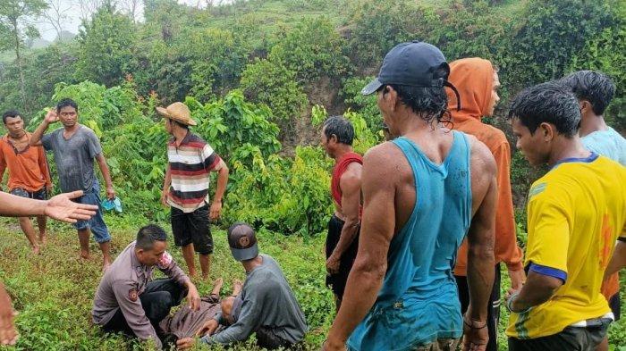 EVAKUASI: Kapolsek Pekat IPDA Muh Sofiyan Hidayat bersama warga mengevakuasi mayat bocah yang terjatuh ke jurang, di Desa Pekat, Kabupaten Dompu, Jumat (27/11/2020).