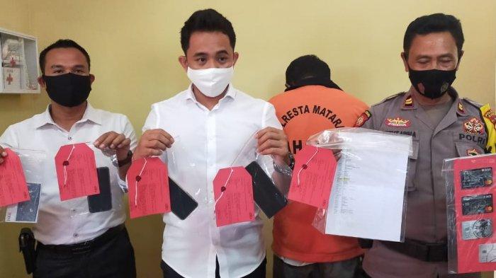 PEMERASAN: Kasat Reskrim Polresta Mataram AKP Kadek Adi Budi Astawa (dua dari kiri) menunjukkan barang bukti dan pelaku FA (belakang; pakai baju tahanan) saat gelar perkara, Senin (2/11/2020).