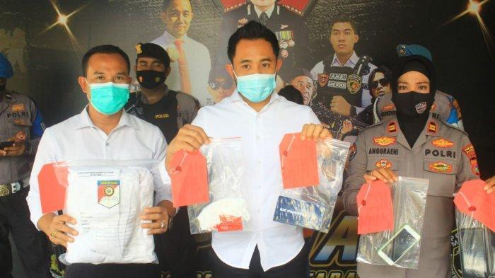 PROSTITUSI ONLINE: Kasat Reskrim Polresta Mataram Kompol Kadek Adi Budi Astawa, menunjukkan terduga pelaku dan barang bukti, dalam keterangan pers, Senin (5/4/2021). (Dok. Polresta Mataram)