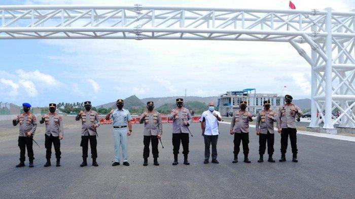 KEAMANAN SIRKUIT: Kabaharkam Polri Komjen Pol Arief Sulistyanto (lima dari kiri) foto bersama di tiang lampu start, saat mengunjungi Sirkuit Mandalika, Sabtu (28/8/2021).