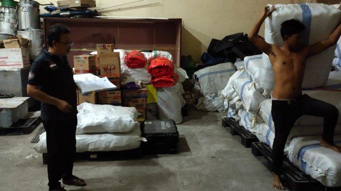 BANTUAN: Petugas Dinas Sosial NTB menyiapkan bantuan yang akan dikirim ke korban kebakaran di Bima, Minggu (10/10/2021).