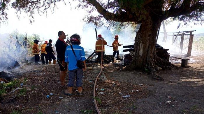 KEBAKARAN: Personel Piket Polsek Moyo Hilir membantu petugas pemadam memadamkan api rumah warga yang terbakar, Sabtu (15/5/2021). (Dok. Polres Sumbawa)