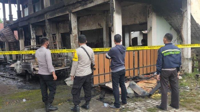 KEBAKARAN: Petugas dibantu warga berusaha memadamkan api yang melahap bangunan SMA Kosgoro Dompu, Selasa (30/3/2021). Pagi harinya, kepolisian memasang garis polisi di lokasi kebakaran.