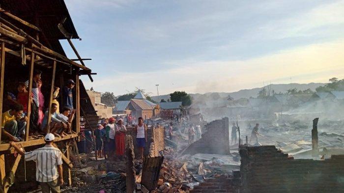 KEBAKARAN: Warga berupaya memadamkan api yang membakar puluhan rumah warga di Desa Naru Barat, Kecamatan Sape, Kabupaten Bima, Minggu (10/10/2021).