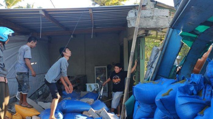 KECELAKAAN: Truk bermuatan pakan ikan menabarak kios di Lombok Tengah, Selasa (29/6/2021).(Dok. Polres Loteng)