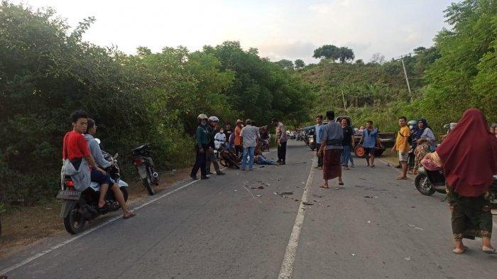 TABRAKAN: Polisi turun mengecek lokasi tabrakan motor di Desa Sukadana, Lombok Tengah, Sabtu (5/6/2021) sore.(Dok. Polres Loteng_