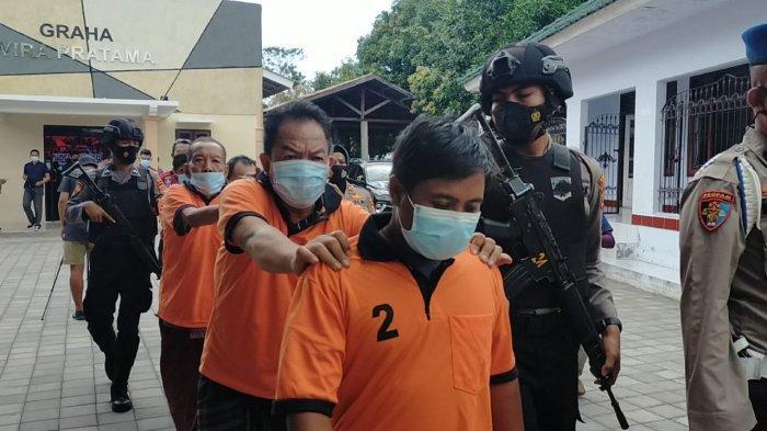 PARA PELAKU: Kelima orang tersangka pembuat dan pengedar uang plasu digiring di markas Polresta Mataram, Kamis (19/8/2021).
