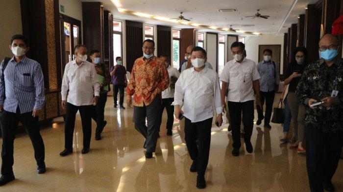 SUNDA KECIL: Kepala Bappenas RI Suharso Monoarfa (dua dari kanan) foto bersama gubernur Bali, NTB, dan NTT, dalam pertemuan di Bali, Sabtu (19/6/2021)