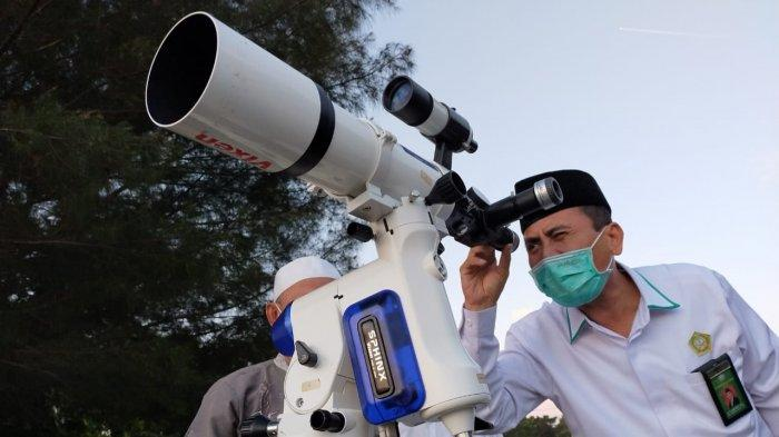 MENEROPONG HILAL: Kepala Kakanwil Kemenag NTB M Zaidi Abdad meneropong hilal menggunakan teleskop di Loang Baloq, Pantai Tanjung Karang, Mataram, Senin (12/4/2021).