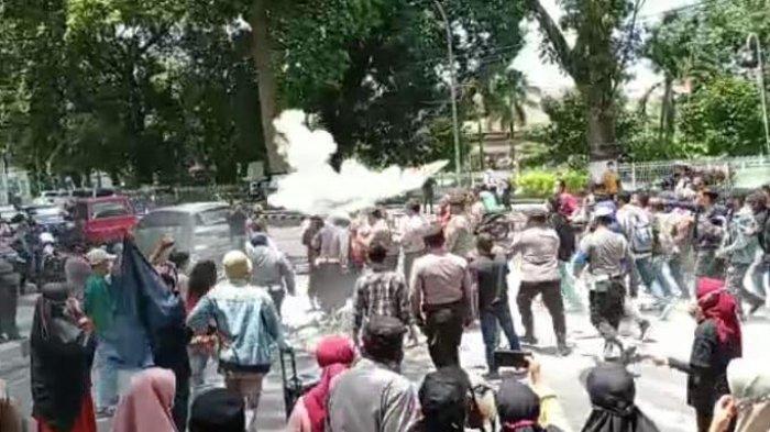RICUH Demo Dugaan Penyimpangan Bantuan Benih Jagung di Kantor Gubernur NTB