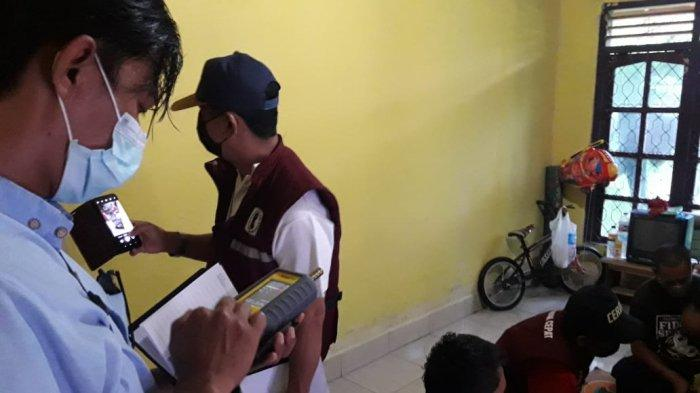 KESEHATAN: Tim kesehatan lingkungan Dinas Kesehatan NTB turun melakukan pemeriksaan di Dusun Eat Nyiur, Desa Wajageseng, Lombok Tengah, Minggu (21/2/2021).