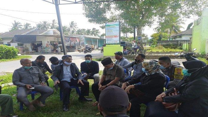 MEDIASI: Ketua Komisi IV DPRD Lombok Tengah H Supli (pakai songkok sorban) menemui pemilik pabrik dan kepala desa untuk proses mediasi, Jumat (19/2/2021).