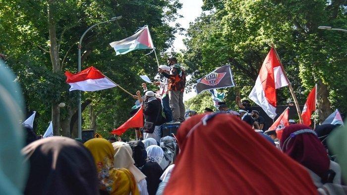 DUKUNG PALESTINA: Koalisi Rakyat NTB for Palestina melakukan unjuk rasa di kantor Gubernur NTB, Jumat (21/5/2021).