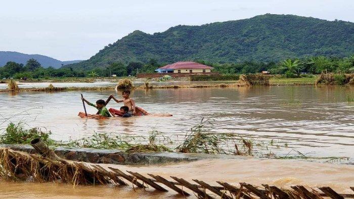 TERENDAM BANJIR: Lahan pertanian warga yang terendam banjir di Kabupaten Bima, Sabtu (3/4/2021).