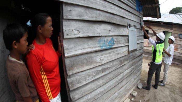 LISTRIK: Warga Kelawis, Orong Telu, Sumbawa, Kabupaten Sumbawa menikmati listrik yang baru dipasang di rumahnya.