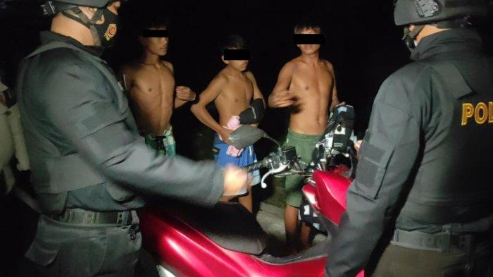 MABUK: Enam pemuda mabuk dan ugal-ugalan di kawasan Senggigi, ditangkap Tim Puma 8 Samapta Polres Lombok Barat, Sabtu (17/7/2021). (Dok. Polres Lobar)