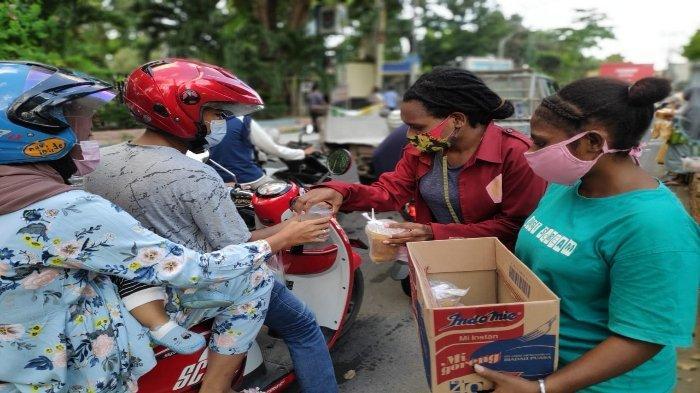 Mahasiswa Papua dan NTT Berbagi Takjil di Pulau Seribu Masjid
