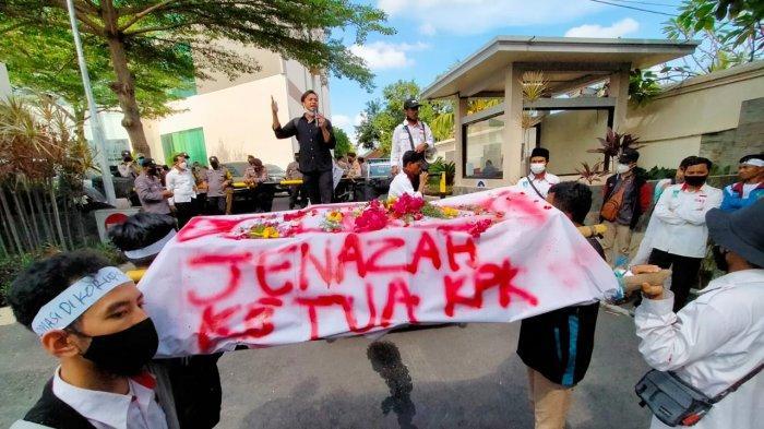 Demo Tolak Ketua KPK di Mataram, Mahasiswa Bawa Keranda Mayat dan Doa 'Kematian'