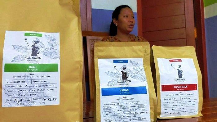 KOPI BAYAN: Mahniwati menunjukkan Kopi Nina Bayan miliknya, di Desa Karang Bajo, Kecamatan Bayan, Lombok Utara, Minggu (18/4/2021).