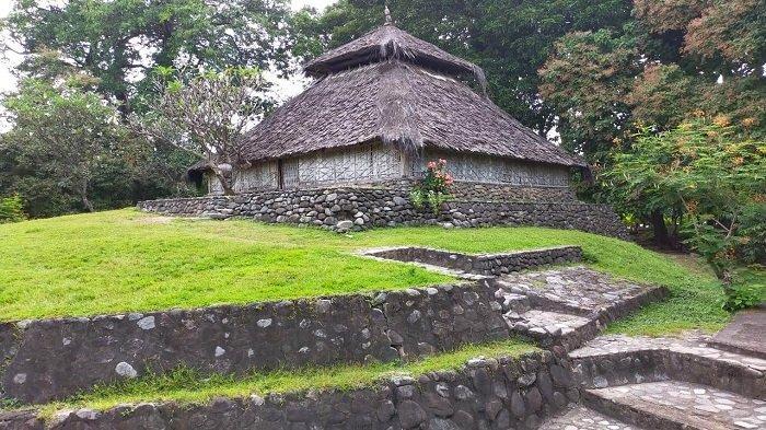MASJID KUNO: Masjid Bayan Beleq di Desa Bayan, Lombok Utara masih berdiri kokoh meski usianya diperkirakan 300 tahun, Minggu (18/4/2021). Masjid ini merupakan saksi bisu masuknya Islam di Lombok dan diperkirakan menjadi masjid pertama di Lombok.