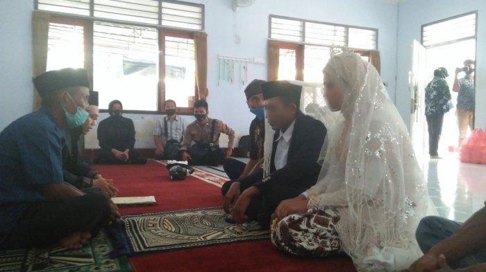MENIKAH: Dua tersangka kasus aborsi HS dan AP melangsungkan pernikahan di markas Polresta Mataram, Kamis (24/12/2020).