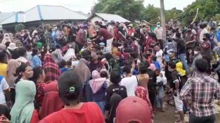 Bagi-bagi Bantuan, Menteri Sosial Risma Dikerumuni Korban Banjir Bima