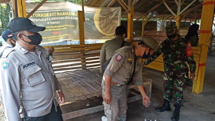 MIRAS: Sejumlah petugas menertibkan miras yang dijual para pedagang di Gunungsari, Lombok Barat, Jumat (3/9/2021). (Dok. Polres Lobar)