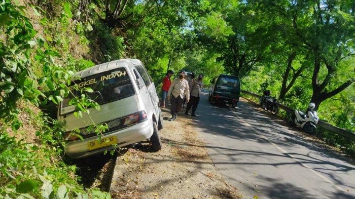 Kehabisan Bensin saat Nanjak, Mobil Carry Terperosok di Tanjakan Lembar Lombok Barat