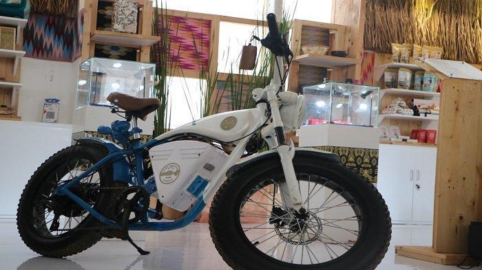 Produk Lokal NTB Dipamerkan Selama Sebulan di KEK Mandalika: Kain Tenun hingga Motor Listrik