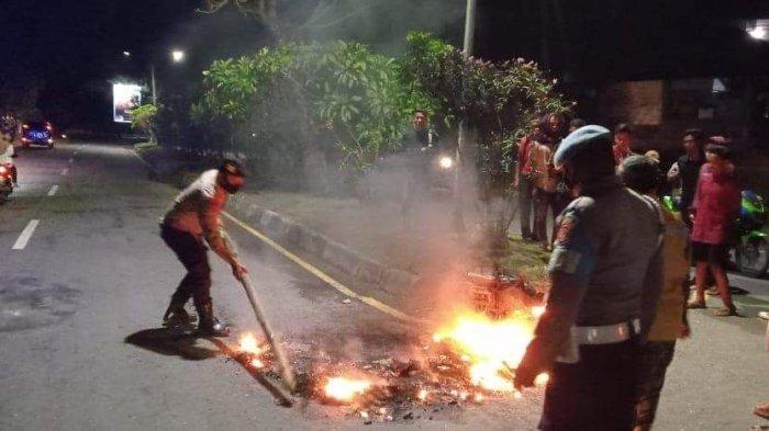 DIBAKAR: Motor seorang jambret dibakar warga di Pantai Lawata, Kota Bima, Sabtu (25/9/2021) malam. (Dok. Polres Bima Kota)