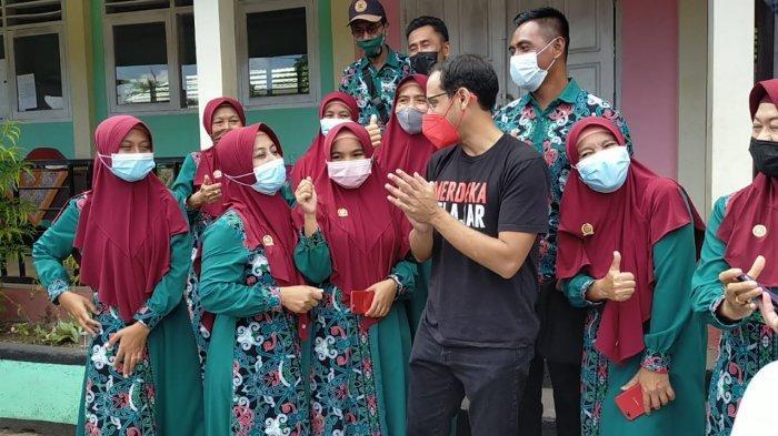 TATAP MUKA: Mendikbudristek Nadiem Anwar Makarim menemui para guru dan siswa SDN Dasan Baru di Lombok Tengah, Kamis (7/10/2021).