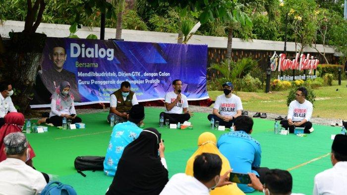 Mendikbudristek Nadiem Anwar Makarim berdialog dengan mahasiswa dan dosen, di Universitas Mataram, Rabu (6/10/2021).