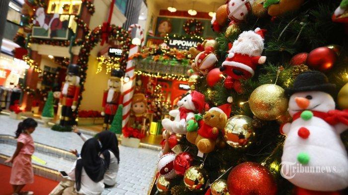 Pengunjung melihat ornamen Natal yang dihadirkan salah satu pusat perbelanjaan di Jakarta Barat, Kamis (17/12/2020). Jelang Hari Raya Natal, beberapa pusat perbelanjaan menghiasi setiap sudut bangunannya dengan ornamen-ornamen Natal. Tribunnews/Irwan Rismawan