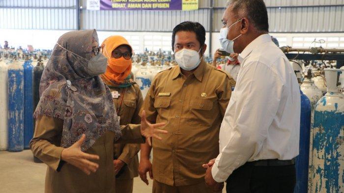 OKSIGEN: Wakil Gubernur NTB Sitti Rohmi Djalilah (paling kiri) berbicara dengan manajemen perusahaan pemasok oksigen di Lombok Barat, Senin (26/7/2021). (Dok. Diskominfotik NTB)