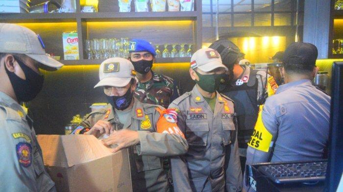 OPERASI GABUNG: Tim gabungan anggota Polresta Mataram, TNI, dan Satpol PP memeriksa sejumlah tempat hiburan yang menjual miras, Rabu malam (23/12/2020).