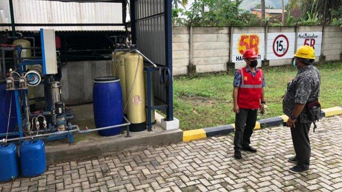 PABRIK GAS: Petugas PLN NTB memeriksa kondisi aliran listrik di pabrik gas medis Samator Gas di Gerung, Lombok Barat, Kamis (8/7/2021). (Dok. PLN NTB)