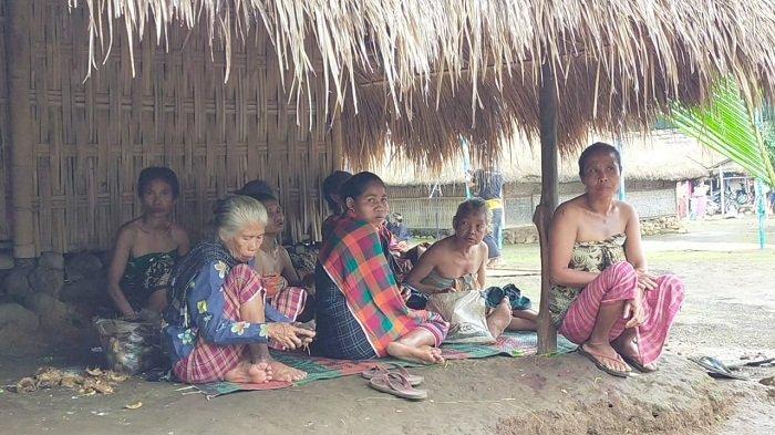 PEREMPUAN SENARU: Para perempuan lanjut usia kampung adat Senaru, Kecamatan Bayan, Lombok Utara menyaksikan ritual ngasuh gunung dari teras rumah