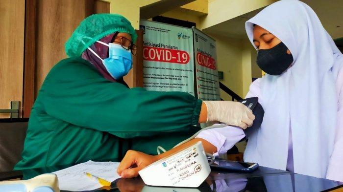 Ratusan Siswa di Mataram Antusias Ikut Vaksin, Pelajar: Biar Lebih Tenang Masuk Kelas