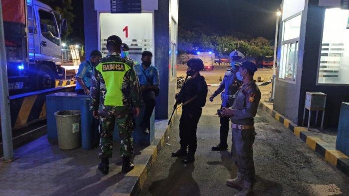PATROLI: Tim gabungan TNI - Polri dan Pemda Sumbawa Barat patroli dialogis di Pelabuhan Poto Tano, Jumat malam (14/5/2021). (Dok. Polres KSB)