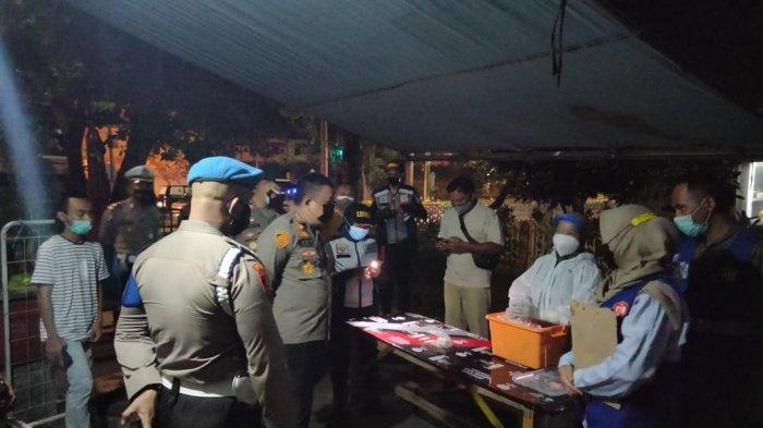 PATROLI: Kapolresta Kombes Pol Heri Wahyudi bersama tim menegur sejumlah pedagang yang masih buka di atas jam 20.00 Wita, Selasa (13/7/2021) malam. (Dok. Polresta Mataram)