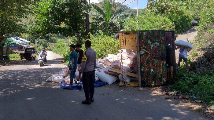 Sopir dan ratusan botol miras diamankan kepolisian saat terjadi kecelakaan di jalan raya Kelurahan Dodu, Rabu (17/3/2021).