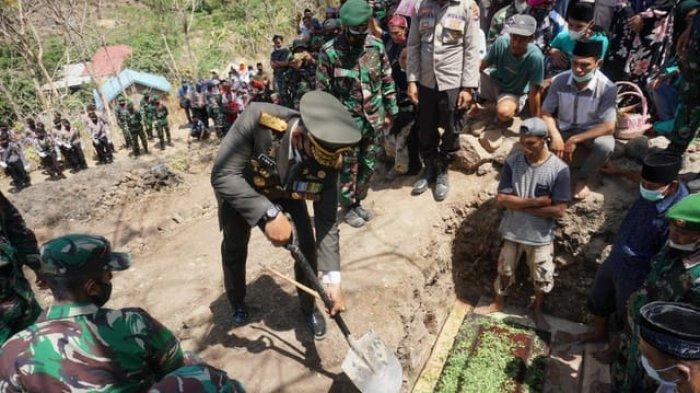 Tangis Haru Iringi Pemakaman Prajurit TNI Asal Bima yang Gugur di Papua