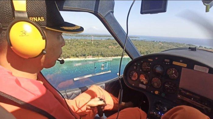 PEMANTAUAN: Kepala Kantor SAR Mataram Nanang Sigit memantau kondisi perairan di Lombok menggunakan pesawat tipe microlight, Sabtu (15/5/2021).(Dok. SAR Mataram)