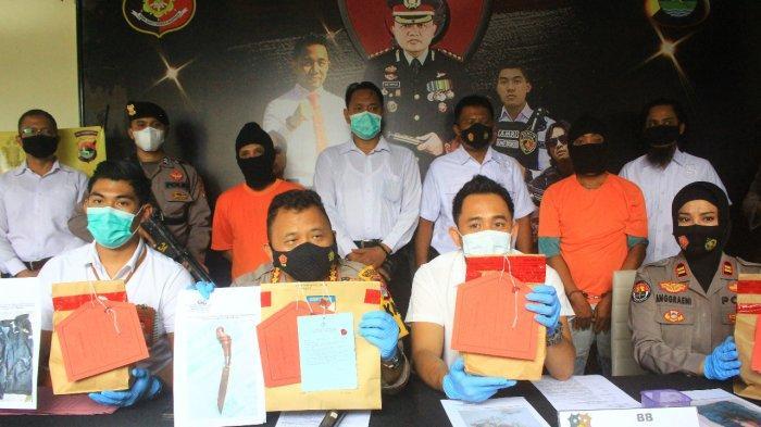 PEMBUNUHAN: Kapolresta Mataram Kombes Pol Heri Wahyudi (tengah) memberi keterangan persnya, Rabu (24/2/2021).