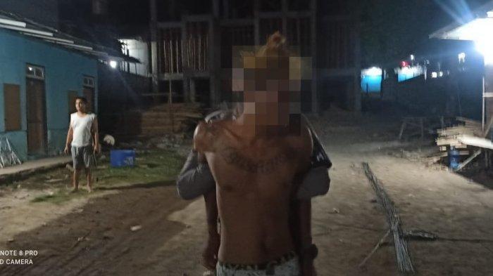 MABUK: Pemuda ugal-ugalan setelah mabuk meminum minuman keras ditangkap anggota Polres Sumbawa, Rabu (2/6/2021) malam.