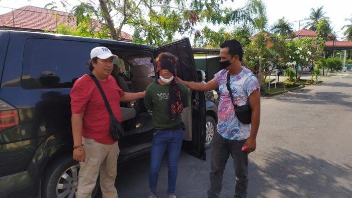 PENANGKAPAN: SI, tersangka pencabulan anak di bawah umur tidak berkutik saat dibekuk tim Polres Lombok Utara, Kamis (30/9/2021).