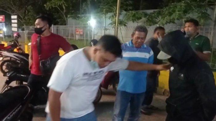 PENANGKAPAN: Tim Resnarkoba Polresta Mataram saat menangkap pria yang diduga pengedar narkoba, Sabtu (18/9/2021).Dok. Polresta Mataram